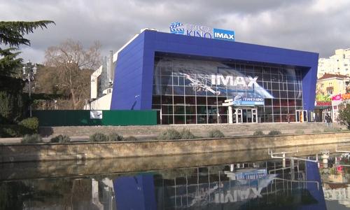 Хозяин ялтинского кинотеатра получил штраф за забор