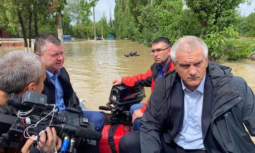 Главврача керченской больницы привезли на работу на лодке