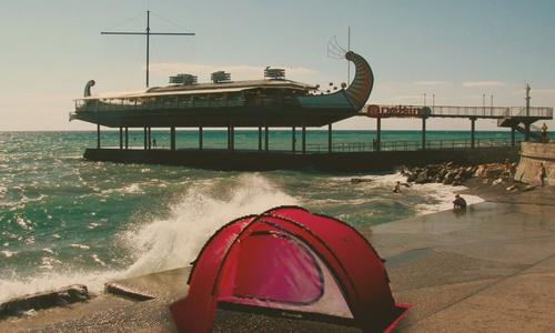 Каждый год кто-то разбивает палатку на набережной Ялты