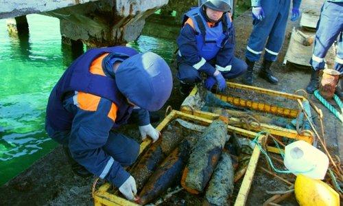 С затонувшего в Крыму теплохода подняли 60 тысяч боеприпасов