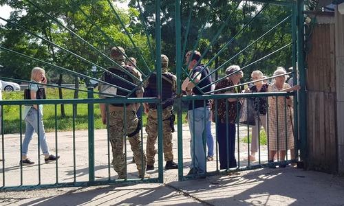 ОМОНовцы перекрыли вход на симферопольский «Привоз»