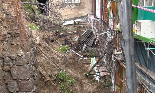 Ялтинские коммунальщики без устали работают на месте обрушения стены