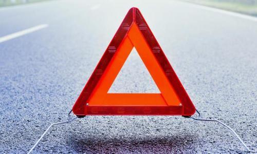 В Крыму водитель Volvo уронил груз на Ford и скрылся