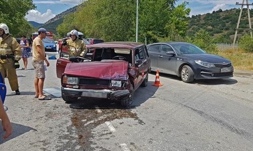 В аварии на крымской трассе пострадали два человека