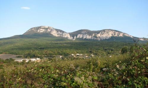 В горах Крыма почти сутки искали туристку, упавшую в расщелину