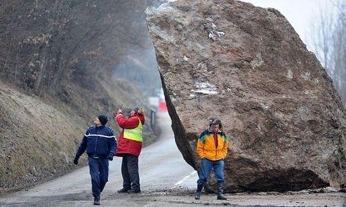 На дорогу под Севастополем рухнул 7-тонный камень