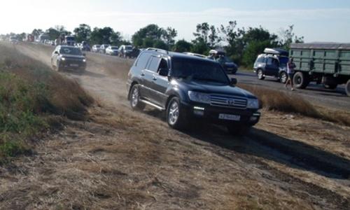 Вдоль трассы «Феодосия-Керчь» по полям накатаны дороги-дублеры