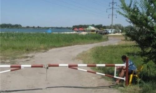 Под Коктебелем недовольные жители сломали шлагбаум на дороге к морю