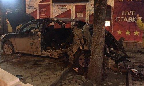 В Симферополе иномарка съехала на тротуар и врезалась в дерево