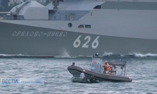 В Севастополе лодка чуть не осталась под кораблем
