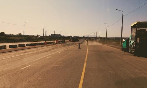 На дорогу в аэропорт Симферополя начали класть финишный слой