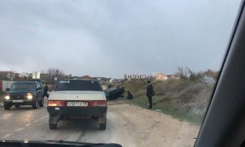 На скользкой дороге в Севастополе опрокинулось авто