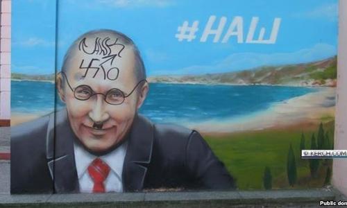 В Керчи Путину пририсовали «гитлеровские усы»