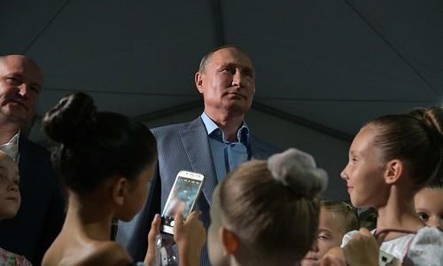Путин поцеловал руку маленькой балерине из Севастополя