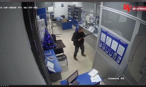 Мужчина с автоматом ворвался в банк в Алуште