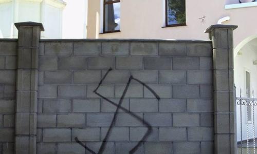 Вандалы изрисовали свастиками мечеть в Белогорске