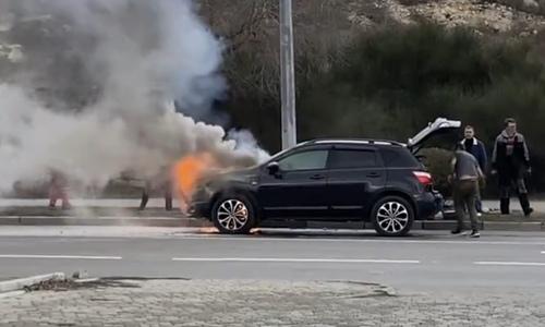 Средь бела дня: в Севастополе едва не сгорела машина