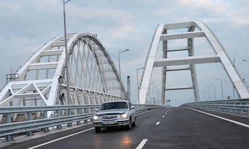 Лихач разогнался на Крымском мосту до 243 километров в час