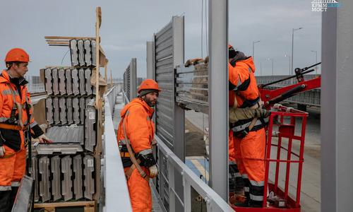 На Крымском мосту ставят шумозащитные экраны и освещение