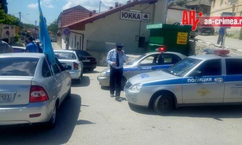 В Бахчисарае задержали участников крымскотатарского автопробега